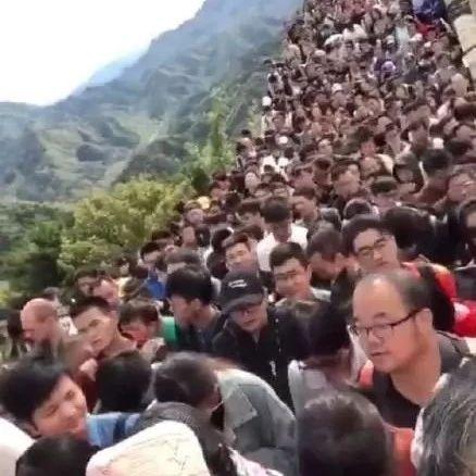 国庆假成受难日!全国各地挤爆 景区寸步难行 背后是中国家庭的心酸