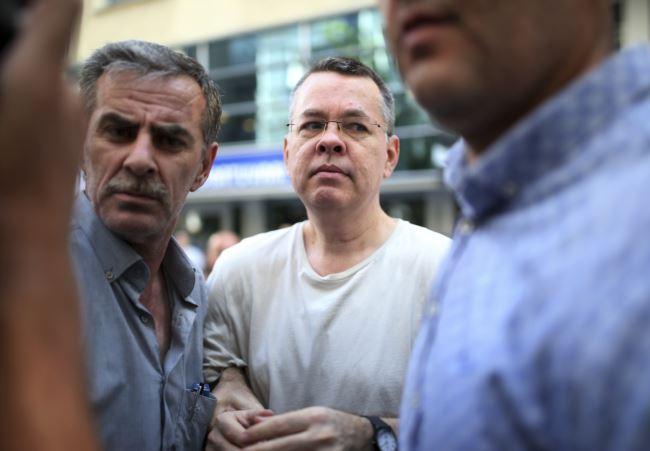 来自北卡罗来纳州黑山的福音派牧师安德鲁·布伦森离开监狱回到他在土耳其伊兹密尔的家。(2018年7月25日)