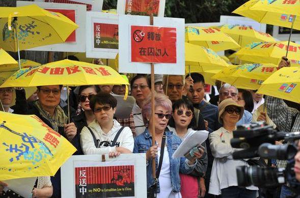 加拿大香港人在温哥华中领馆前示威抗议