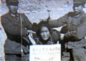 张志新遭枪杀前,当局害怕她呼喊,狱警竟然把她按倒在地,残忍地割断她的喉咙,她呼喊挣扎,咬断了自己的舌头。