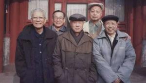 图:1997年春,趙紫陽和他的老部下們在北京。從左至右:杜星垣、趙紫陽、杜導正。後排:姚錫華(左)、蕭洪達。他們參與了《改革歷程》的談話錄音工作。
