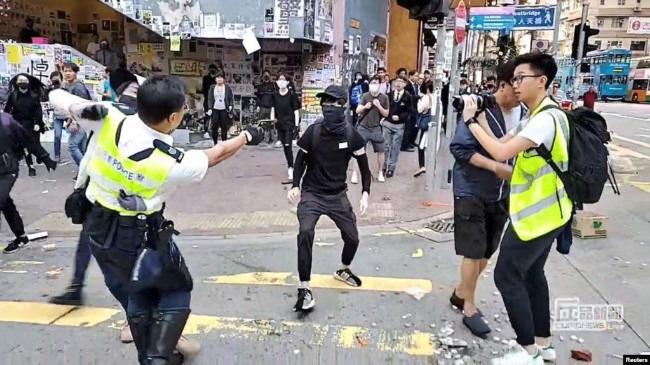 中共警察实弹射击香港示威者