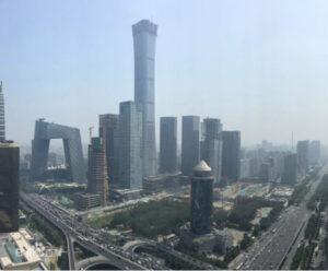 """位于北京国贸的北京最高楼、又名""""中国尊""""的中信大厦(中国中信集团总部大楼),即将择日举行启用典礼,图左为央视的""""大裤衩""""。(百度)"""