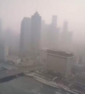 武汉笼罩在神秘的雾霾之中,引人猜测死亡人数可能是无法想象的高