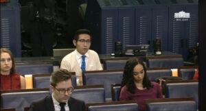 上海东方卫视白宫特派记者张经义(右二)今日在白宫记者会提问。