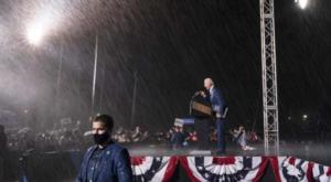 拜登演讲瓢泼大雨
