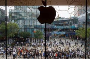 中国昨晚开放预售新发表的iPhone12手机,各大电商立刻被抢购一空。图为过去中国民众抢购iPhone盛况。